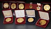 Стены и застекленные шкафы заполнены многочисленными медалями